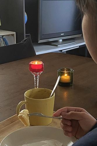 キャンドルを灯したダイニングテーブル